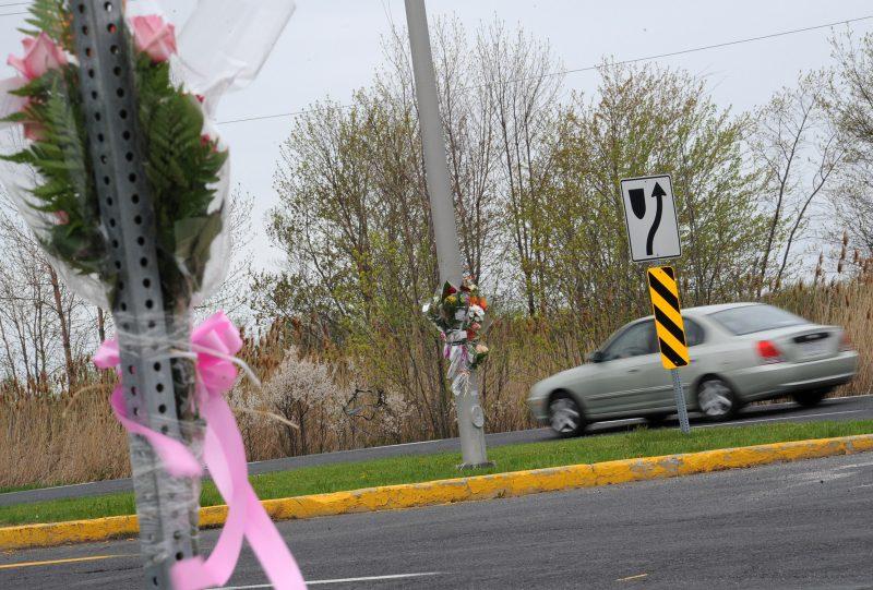 Les proches de Danyka sont allés porter des fleurs sur les lieux de l'accident pour honorer sa mémoire.