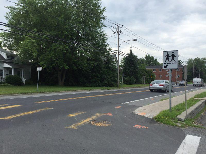 Deux panneaux de passage piétonnier ont récemment été posés par la Ville d'Otterburn Park à l'intersection de la rue Connaught et du chemin des Patriotes.