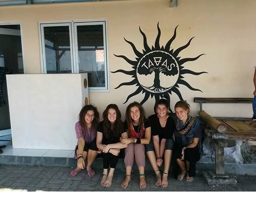 Les cinq étudiantes québécoises derrière le projet de la maison de jeunes.