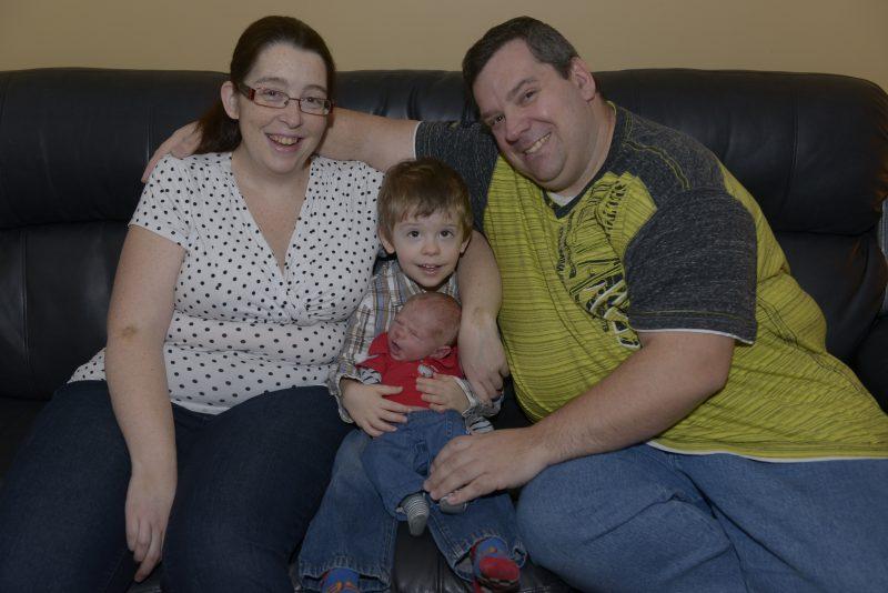 La naissance de leur deuxième enfant n'a pas été de tout repos pour Marie-Christine Demers et Mario Langlois. Les parents sont accompagnés de leur nouveau-né Xavier et de leur premier fils Alexis, 3 ans.