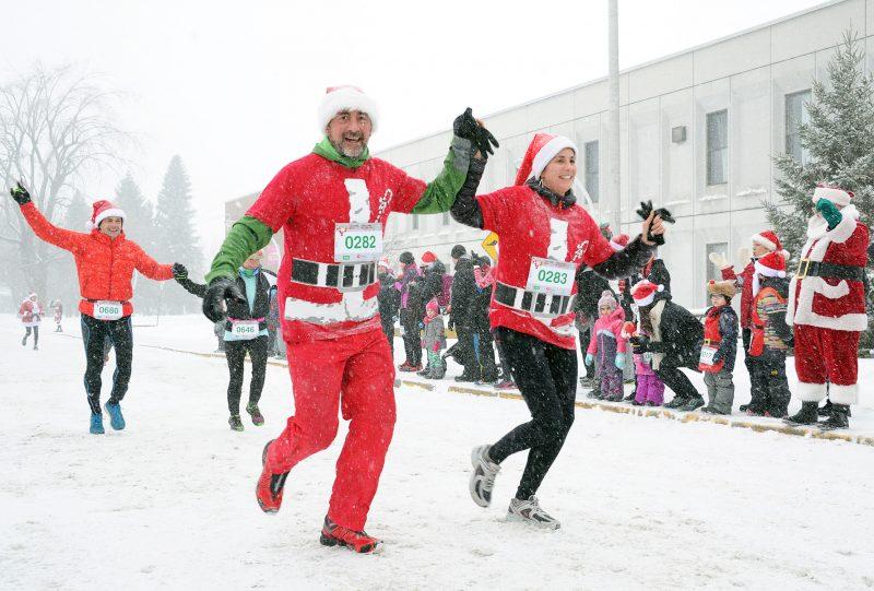 Une Course des pères Noël sous la neige