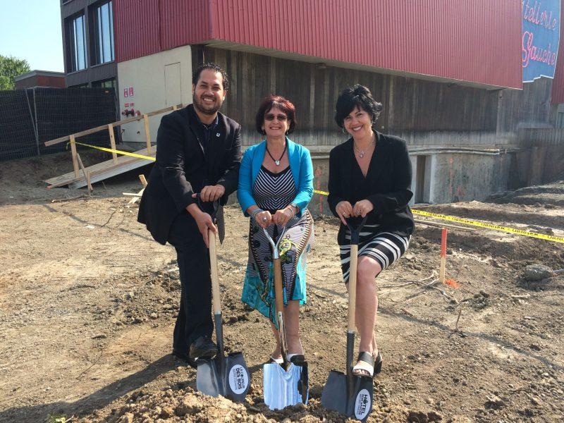 La directrice générale du Rive Gauche, Marie-Josée Denis (à droite), a procédé à une pelletée de terre symbolique pour marquer le début des travaux. Elle est accompagnée de la mairesse de Belœil, Diane Lavoie, et du conseiller municipal Jean-Yves Labadie.