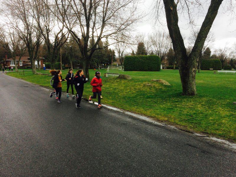 Les jeunes membres des Coriaces s'entraînant autour du parc Champlain.