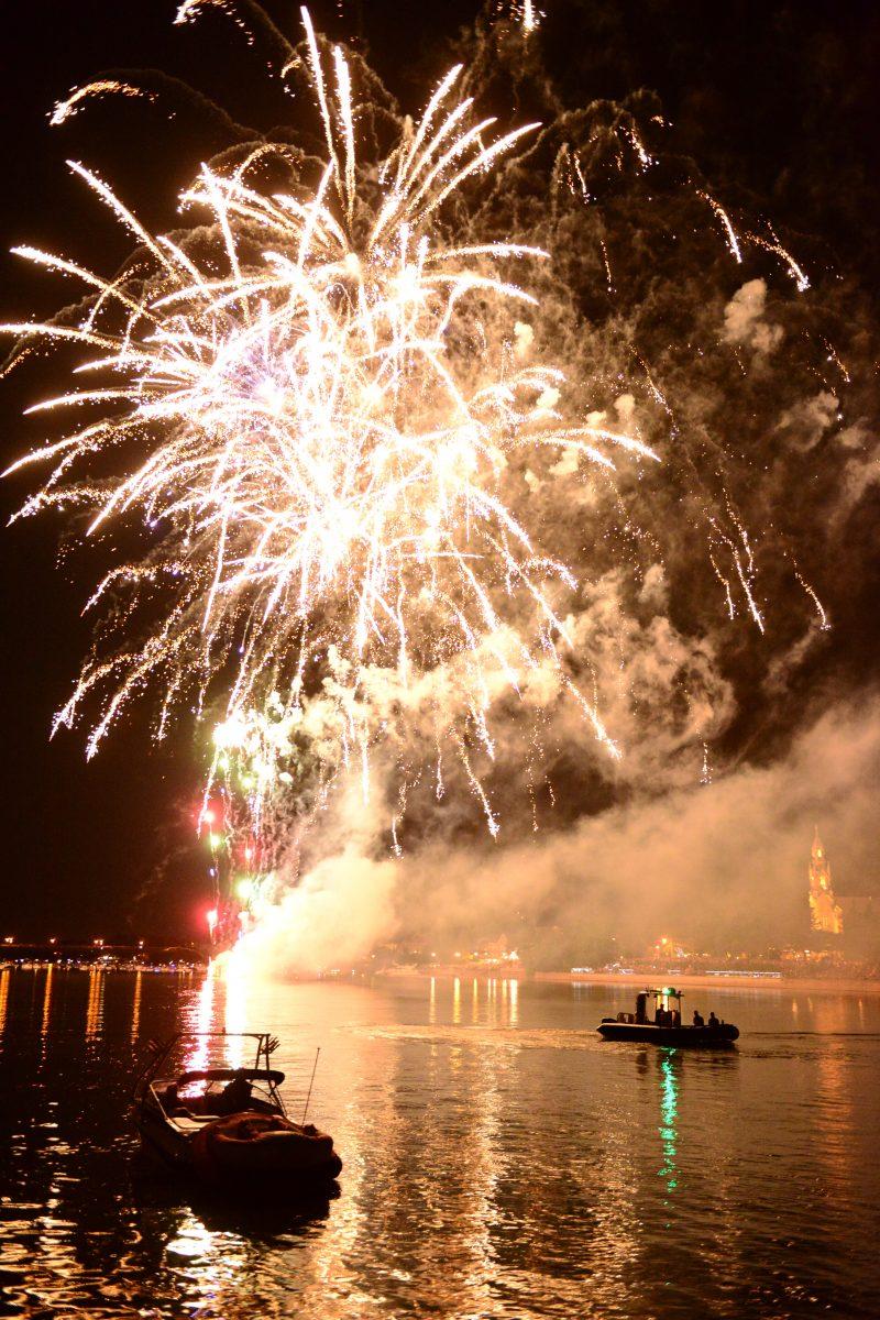 Beloiel, 23juin 2014- Les feux de la fête nationale sur la rivière Richelieu, à Beloeil