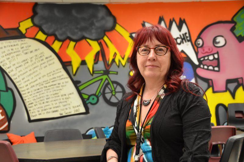L'animatrice à la vie spirituelle et engagement communautaire, Louise Gauthier dans son local de l'école du Mont-Bruno