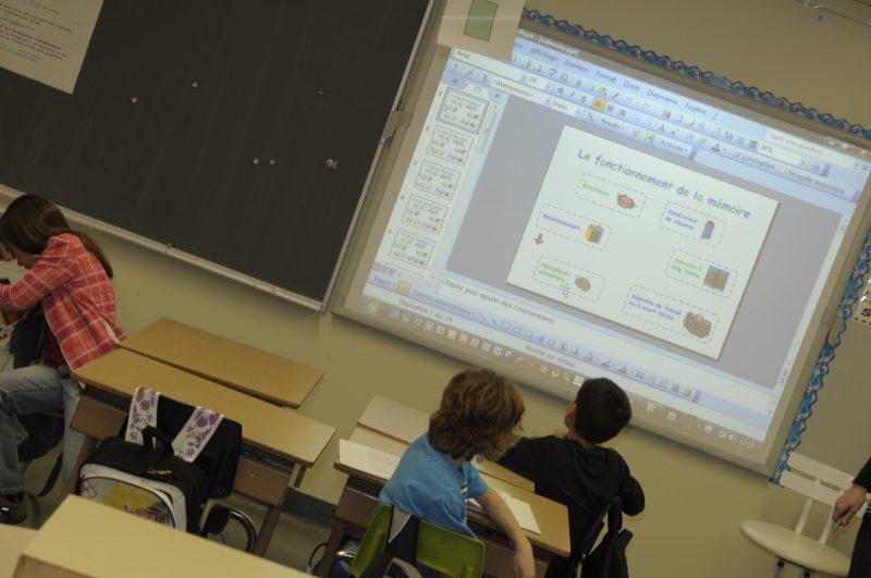 Le tableau interactif numérique (TNI) attire l'attention des élèves, mais surtout des garçons.