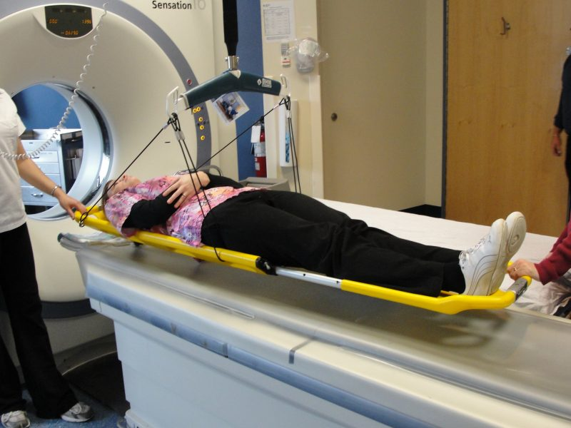 une patiente dans un scanner médical.