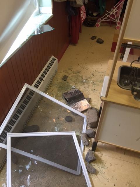 Les vitres du CPE Roule ta pomme, à Saint-Jean-Baptiste ont été fracessées par des vandales.