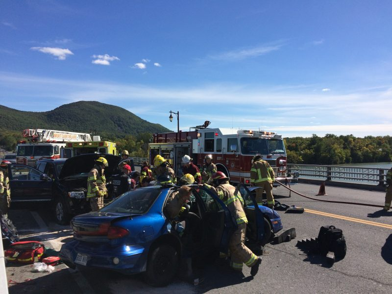 La voiture bleue serait entrée en collision avec le véhicule Jeep qui roulait en sens inverse.