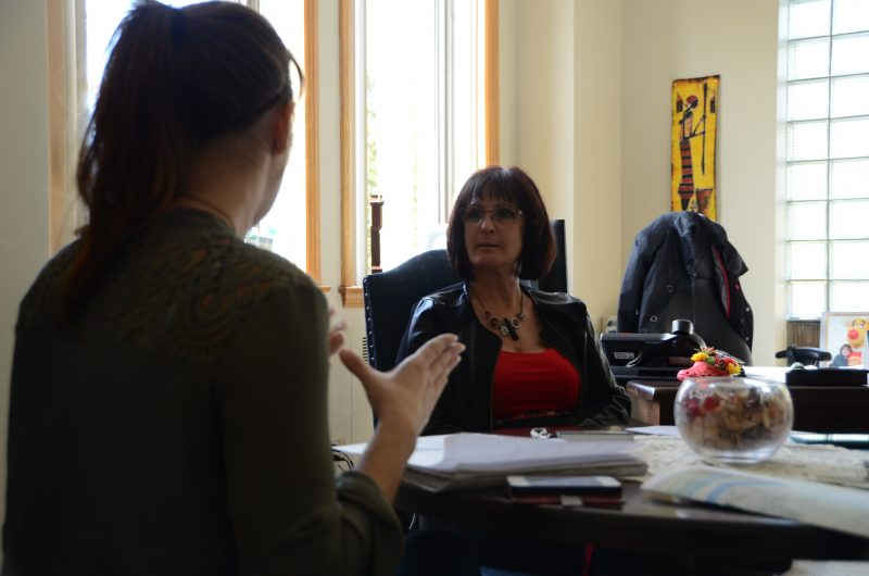 La mairesse de Belœil, Diane Lavoie en compagnie de la journaliste de l'Œil Régional.