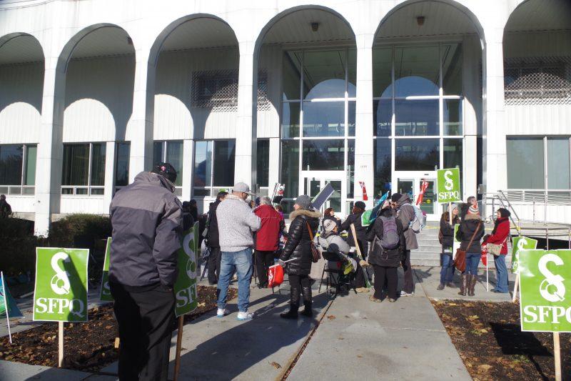 Les employés étaient nombreux à faire du piquetage devant le palais de justice.