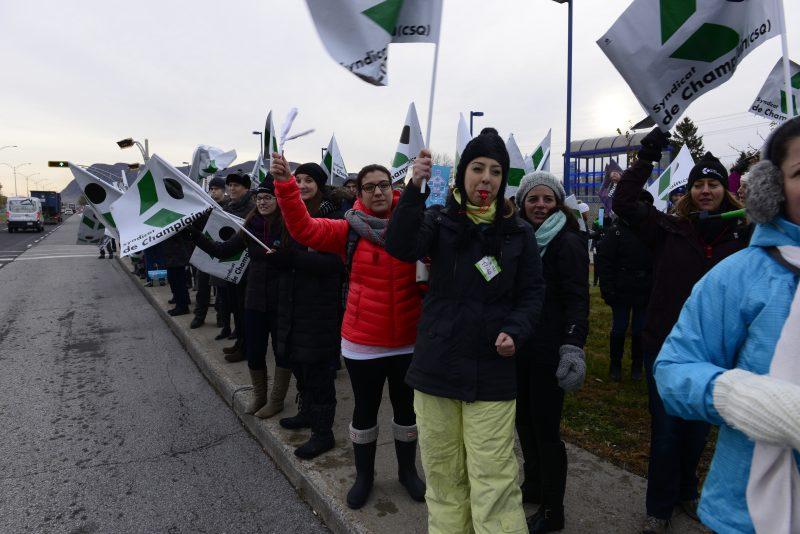 Les membres du Syndicat de Champlain ont manifesté devant la gare de McMasterville.