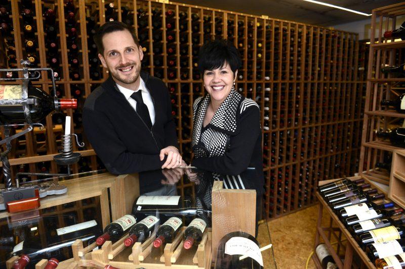 Yann Purtell et Marie-Josée Denis dans l'impressionnante cave à vin du restaurant le Coureur des Bois