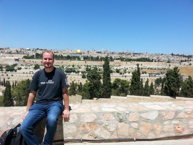 Maxime Allard devant la vieille ville de Jérusalem.