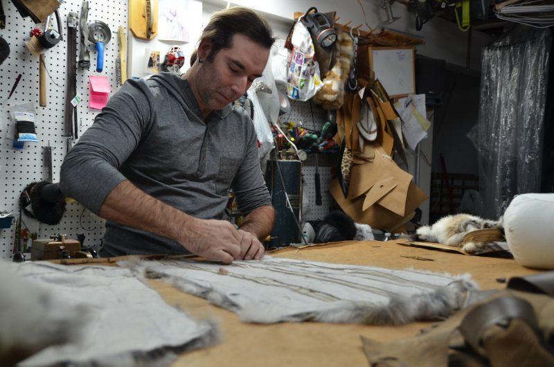 Stéphane Dion est l'homme derrière les mitaines et les accessoires de Fourrures MOS.<@
