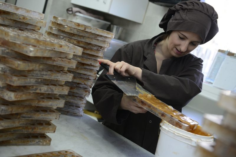 La journaliste Karine Guillet en pleine confection de chocolats de pâques à la Caborsse d'or.