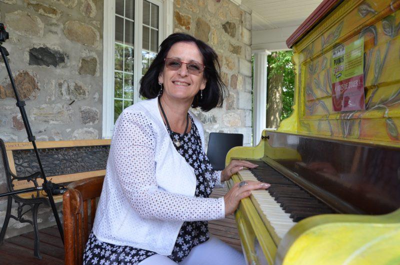 La mairesse Diane Lavoie devant le piano public de Belœil.