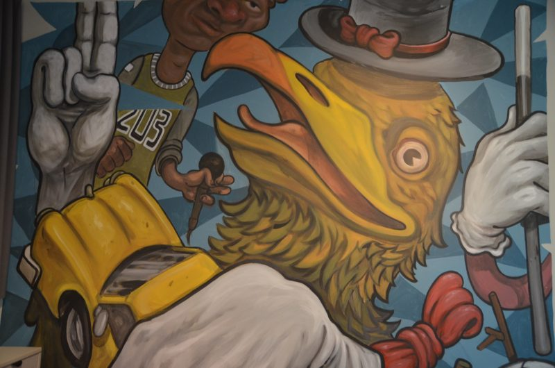 La murale qui tapisse les murs de la sale communautaire est une réalisation des artistes Boneur et Opire, sous la direction d'Éric Godin