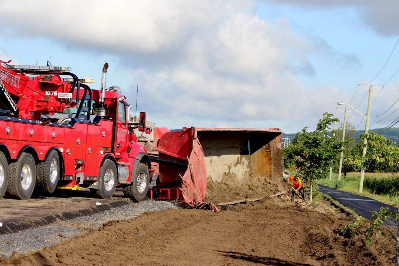 Un camion renversé sur la montée Robert