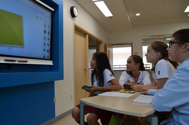 Des étudiantes du Collège Saint-Maurice devant un programme de modélisation, dans la classe du futur.