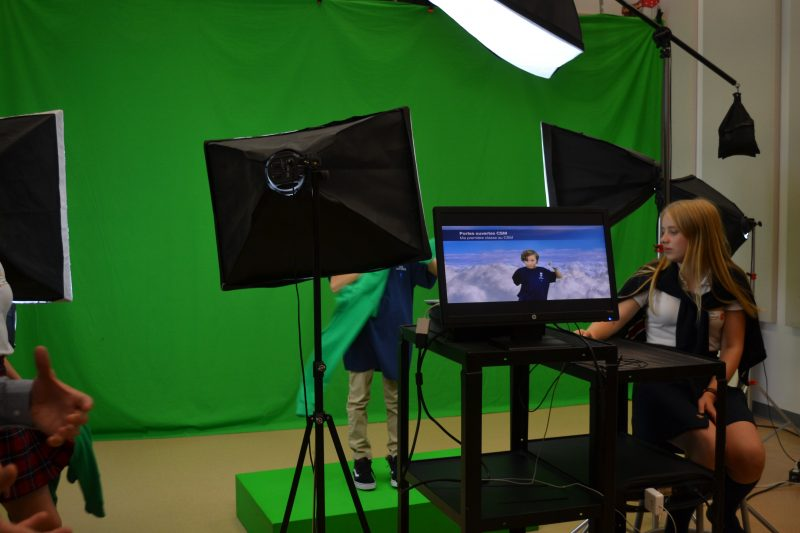 Le studio de télévision du Collège Saint-Maurice permet aux élèves de réaliser de multiples projets qu'il peuvent peaufiner dans la sale de montage adjacente.