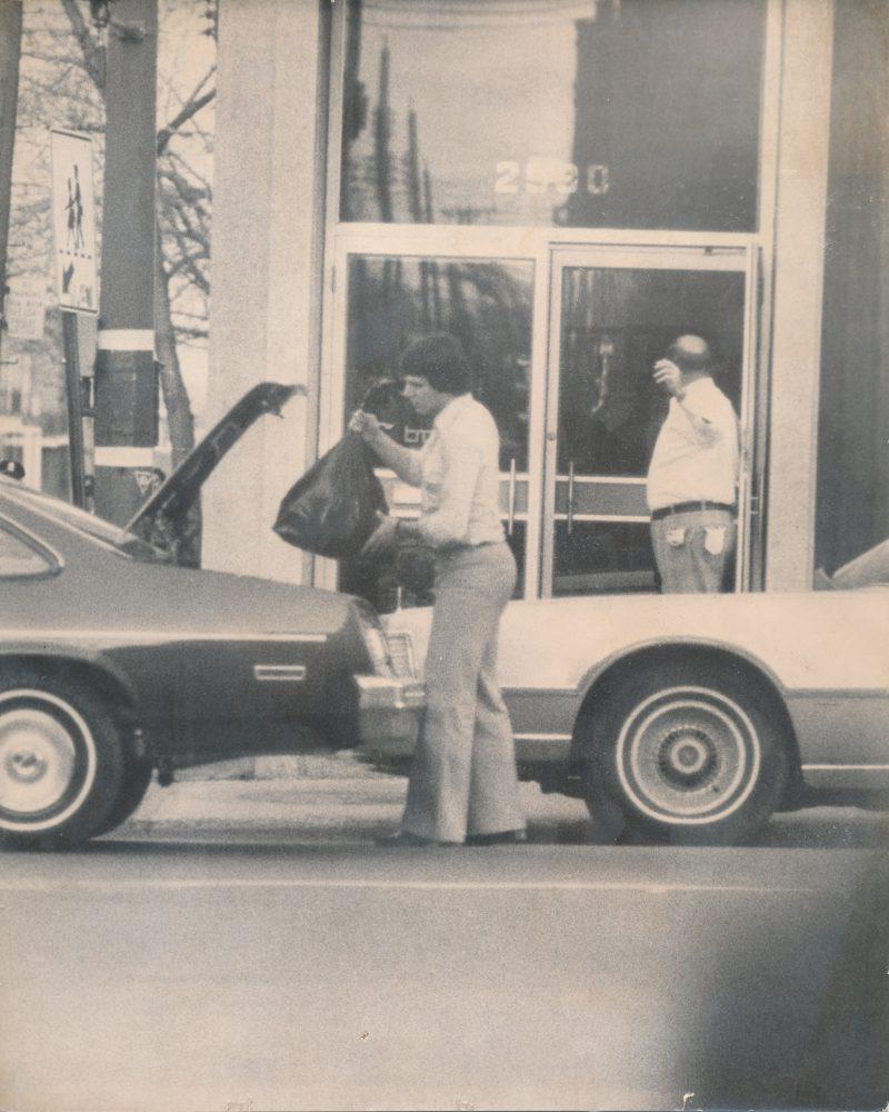 Avant de quitter la banque avec le criminel, le journaliste a dû emplir le coffre de sa voiture d'argent.