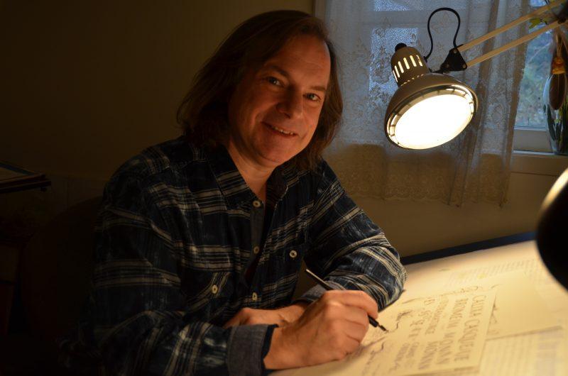 Luc Saucier dans son atelier de calligraphie.