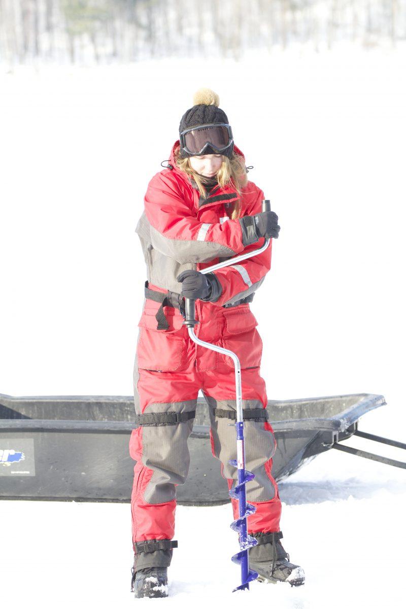 Pour arriver à prendre ses échantillons, Marie-Pier Hébert doit d'abord perforer le couvert de glace.