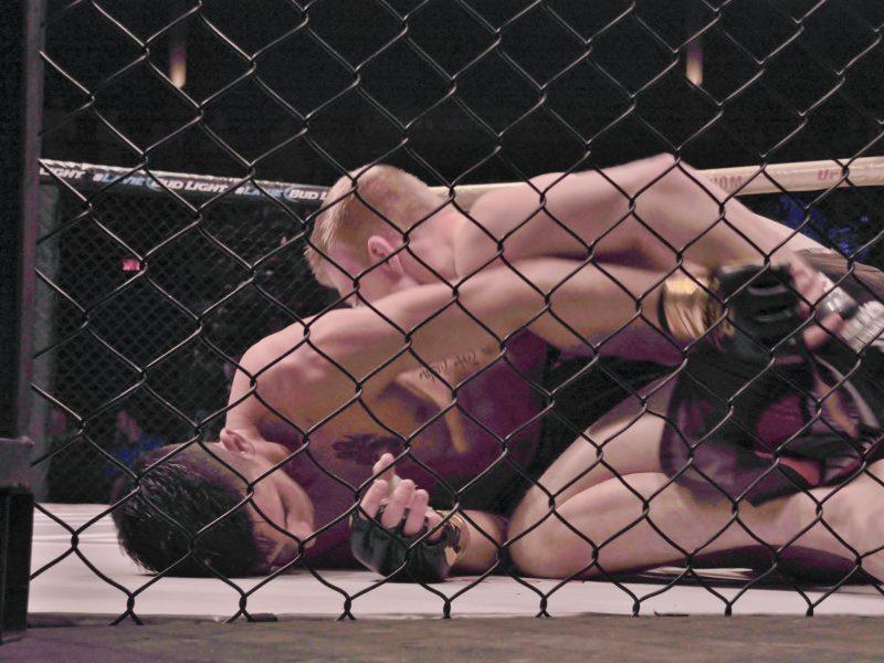 Louis Jourdain au sol contre son adversaire Tyler Wilson.