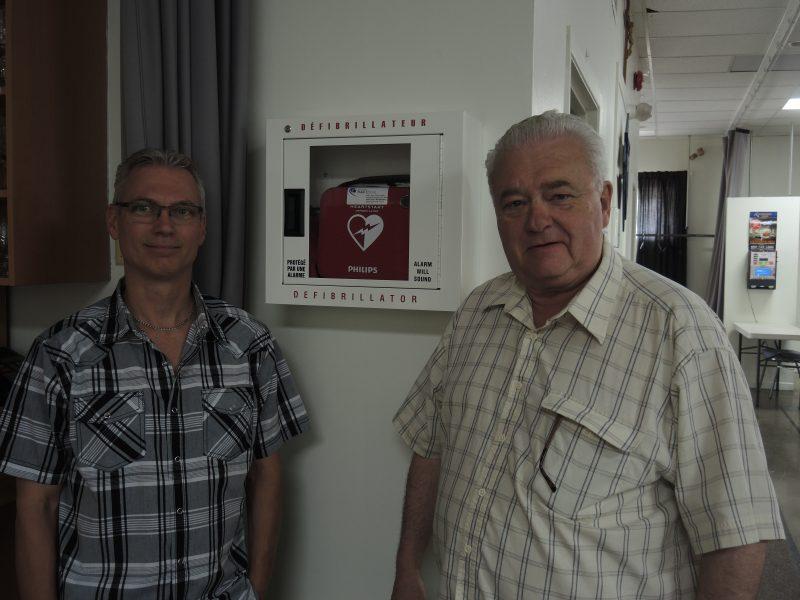 Le directeur des ventes de Gestion Paramédical, André Chouinard, et le grand chevalier Claude Lebrun.