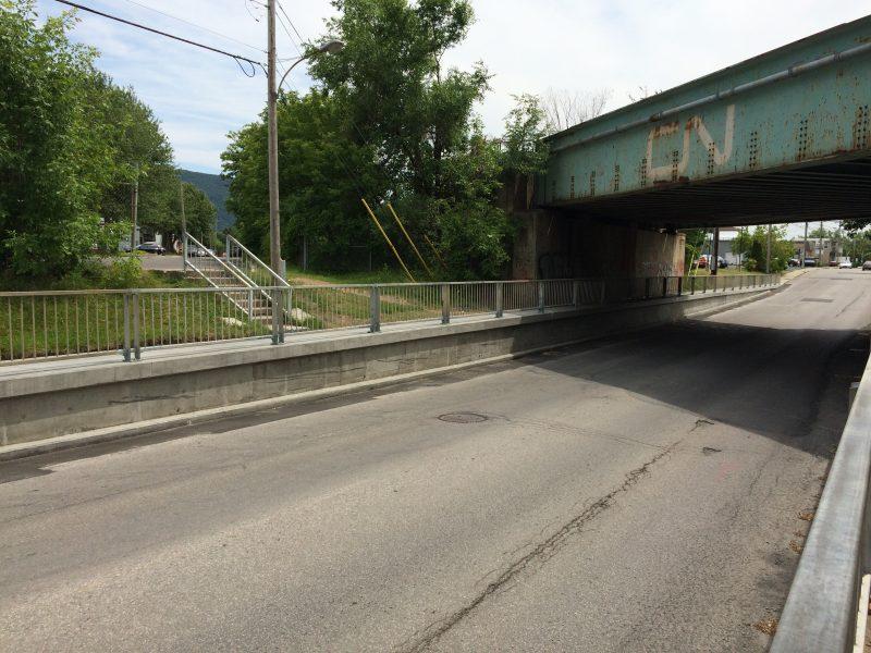 Le viaduc du CN sur la rue Bernard-Pilon.