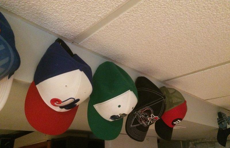 Voici quelques casquettes de la collection de Denis Bélanger.