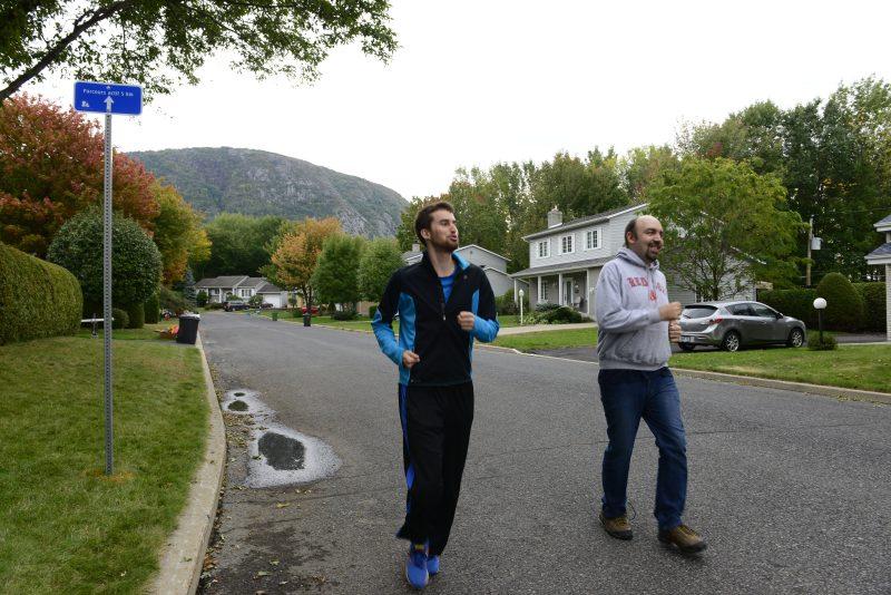 Le conseiller municipal Émile Grenon Gilbert et le journaliste Denis Bélanger, effectuant quelques pas à la course.