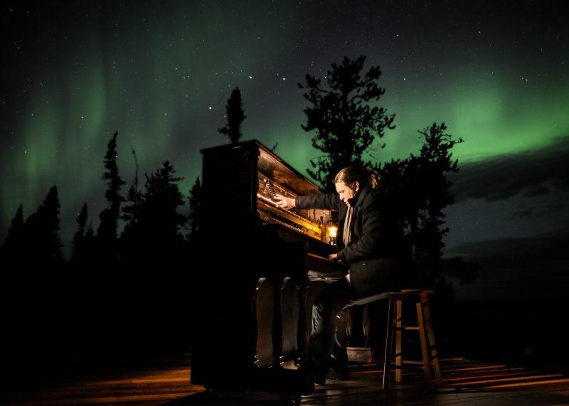 Roman Zavada a improvisé au piano sous les aurores boréales du Grand Nord canadien.