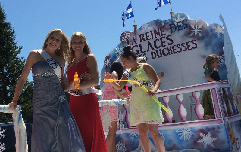 Les voitures allégoriques ont défilé dans les rues de Saint-Denis-sur-Richelieu à la Saint-Jean-Baptiste le 24juin 2015