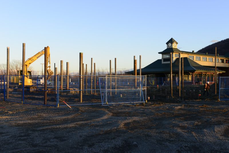 Une équipe s'affaire à installer les pieux en vue de la construction d'un bâtiment commercial au Village de la gare.