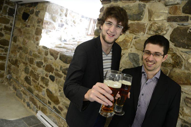 David Lamoureux (à droite) et Pascal Dupont-Dorais ouvriront cet été la microbrasserie Brasseurs du moulin dans le Vieux-Belœil.