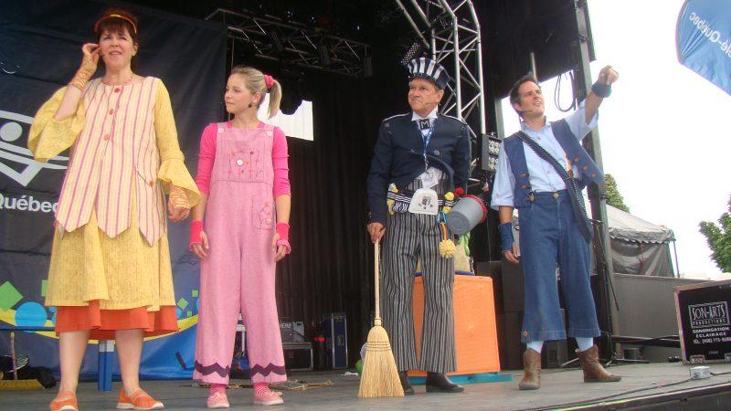 Samedi dernier, l'Expo a présenté les spectacles Télé-Québec. Plusieurs enfants se sont rassemblés aux terrains de tennis pour voir à l'œuvre des personnages de Toc Toc Toc. Cette année, le célèbre et grincheux Monsieur Craquepoutte a été de la distribution.