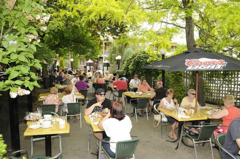 Les restaurants et bars du Vieux-Beloeil vivent bien avec la nouvelle loi sur le tabac.