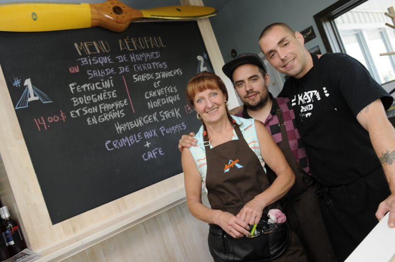 Aéropaul, le nouveau restaurant de l'aéroport de Saint-Mathieu-de-Beloeil, compte dans ses rangs Yolande Perreault, gérante du personnel, Valentin Wajda, chef pâtissier, et Xavier Doyhenard, chef cuisinier.
