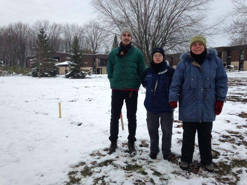 Lukas Brasseur, Sylvain Sanscartier et Marlyn Demers devant le jardin de l'organisme.