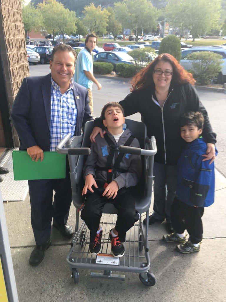 Carmelina Pepe en compagnie de ses enfants, de Stéphane Arsenault et du Caroline's Cart.