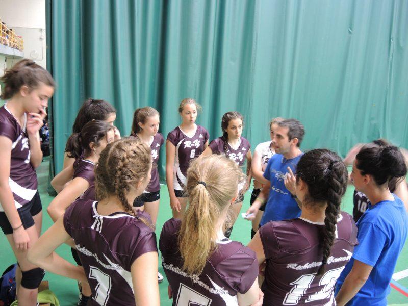 Les entraîneurs donnent les dernières instructions avant le début du match.