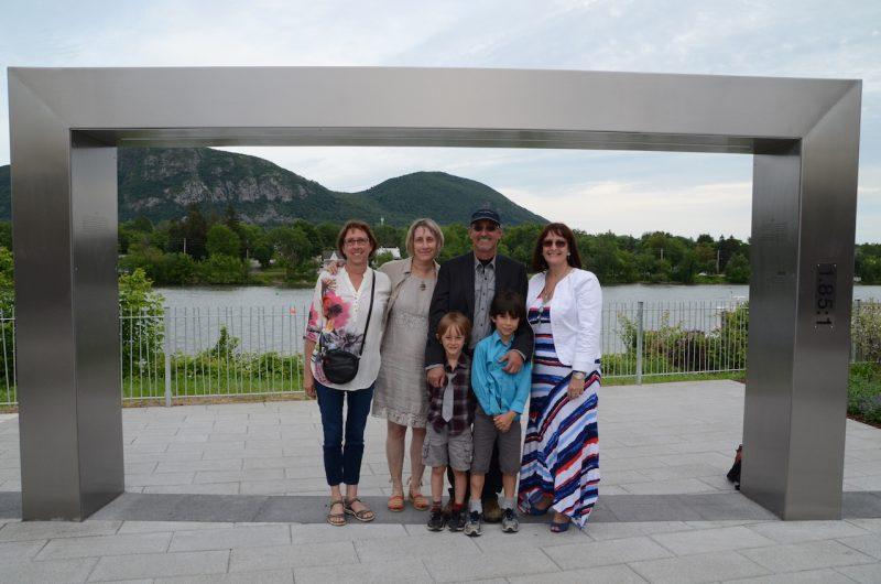La famille de Michel Brault et les élus de la municipalité. Photo: Karine Guillet