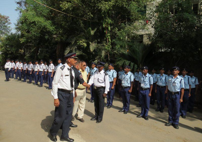 Le pompier Dominique Feuiltault a eu droit à la garde d'honneur à son arrivée à l'académie nationale des pompiers de l'inde.