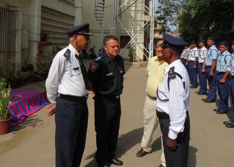 Le pompier Dominique Feuiltault (en bleu) avec les officiers indiens, à l'académie nationale des pompiers de l'Inde.