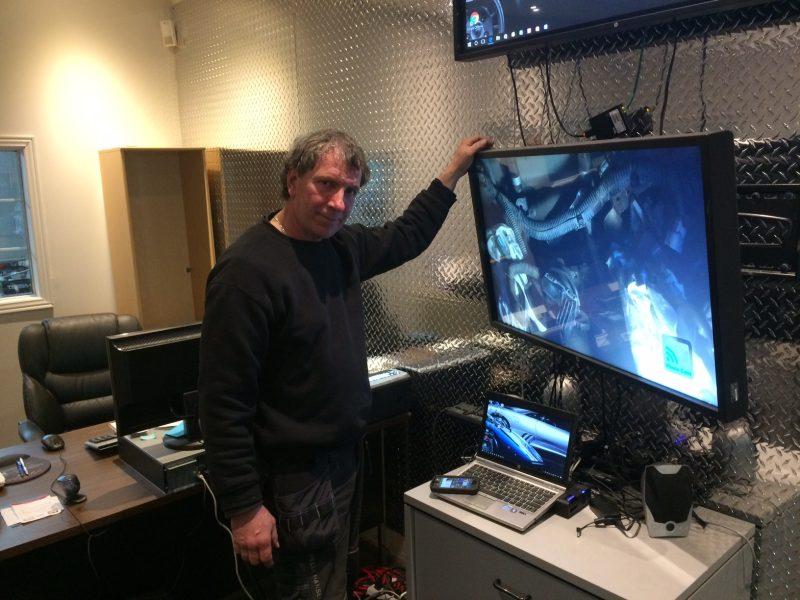 Deux écrans permettent aux clients de voir les travaux effectués et ceux à venir.