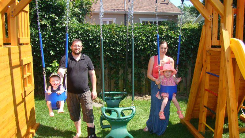 La petite Victoria l'été dernier entourée de ses parents et de son petit frère.