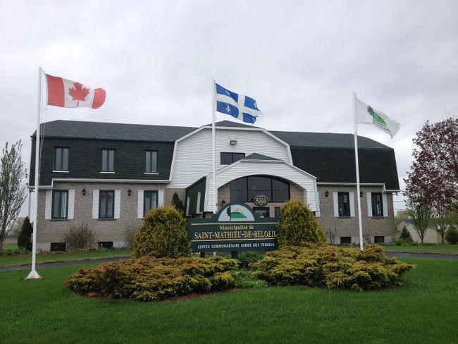 Saint-Mathieu-de-Belœil ne dispose pas de certaines infrastructures de loisirs comme un aréna ou une piscine. La Ville a toutefois des ententes avec les autres villes pour que ses citoyens paient le tarif résident.