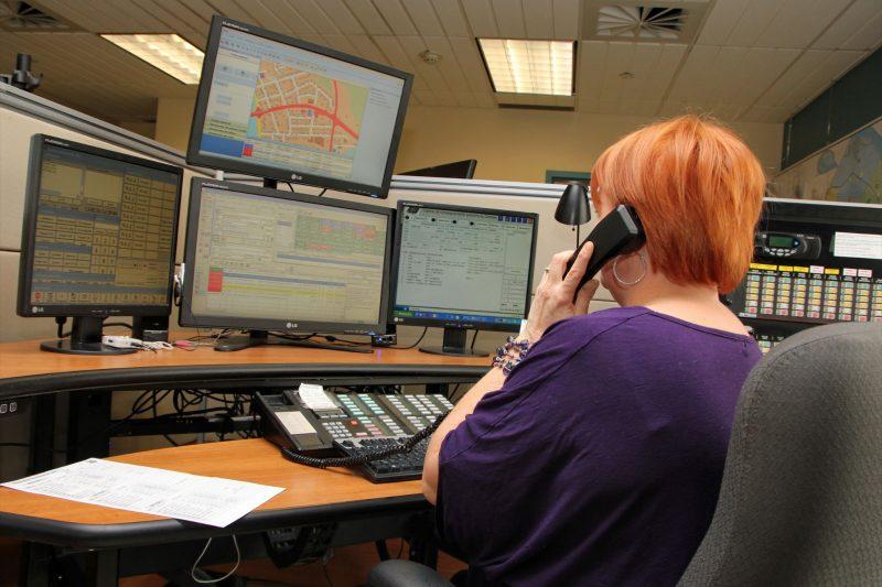 Le centre des appels d'urgence compte en tout temps quatre préposés.